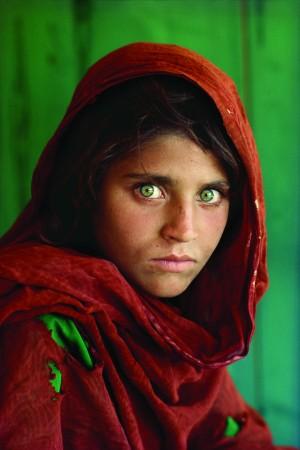 Sharbat Gula, la Niña Afgana, en el campo de refugiados de Nasir Bagh, cerca de Peshawar, Pakistán, 1994